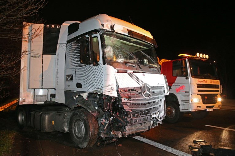 Vrachtwagen knalt op signalisatiewagen op E19