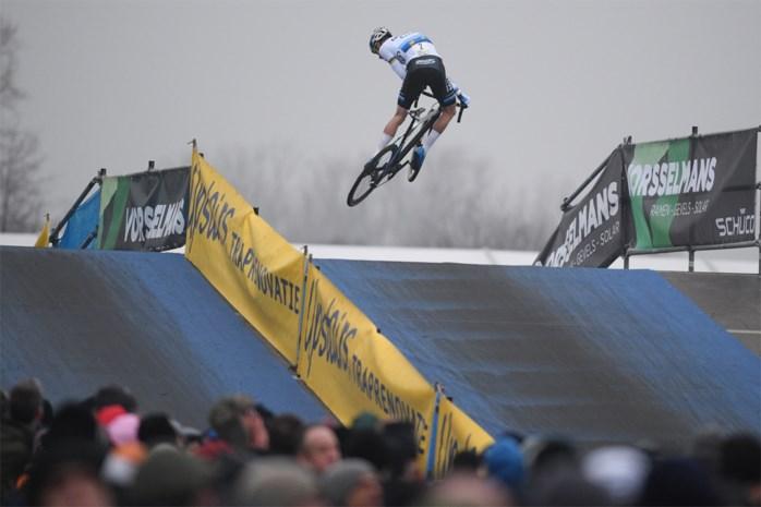 """Mathieu van der Poel rijdt ook in Loenhout tegenstand op een hoopje: """"Gelukkig wordt het BK wel spannend"""""""