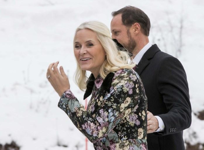 ROYALS. Deze royal kopieert straks het huwelijk van prins Harry en Meghan Markle. En de Queen toont 'geheime' foto