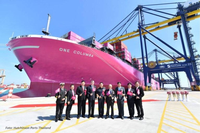 Roze schip vaart over enkele weken door Antwerpse haven