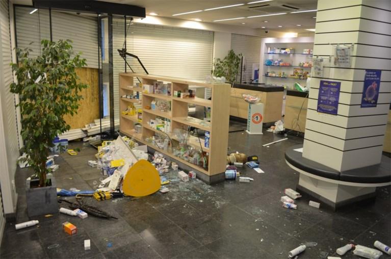 """Hallucinante beelden van plundering apotheek in Molenbeek door relschoppers: """"Medicijnen! Medicijnen!"""""""