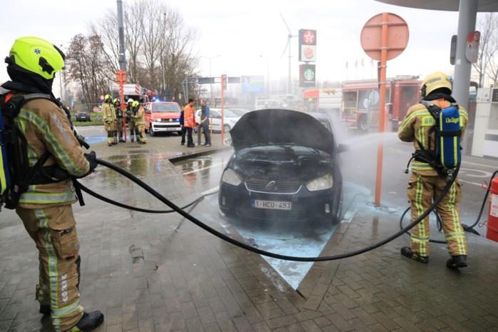 Auto vat vuur aan brandstofpomp tankstation langs E17