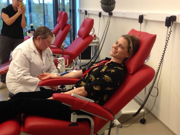 Rode Kruis lanceert nieuwe campagne om bloed geven te promoten, Dina Tersago geeft het goede voorbeeld