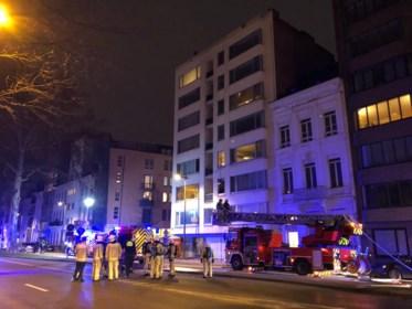 """Buren helpen bewoners uit brandend flatgebouw: """"Vrouw met twee kindjes vertrouwde het eerst niet"""""""