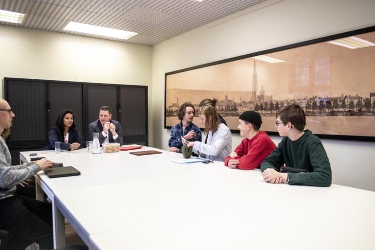 12.500 jongeren in Brussel voor tweede klimaatmars, scholieren op bezoek bij schepenen Beels en Meeuws