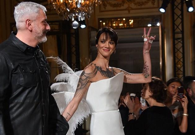 Parijse modeweek begint al meteen met opvallende comeback van verguisde actrice