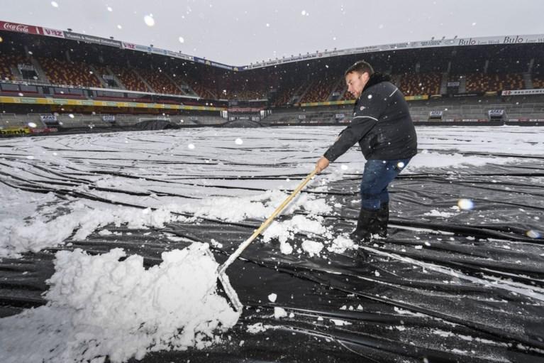 KV Mechelen tracht met Nederlandse afdekzeilen veld speelklaar te krijgen voor bekerclash