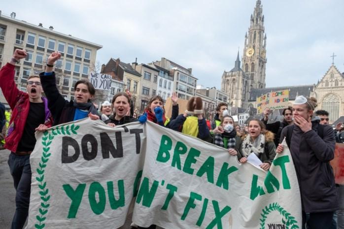 Klimaatprotest in een grote boog rond de Meir