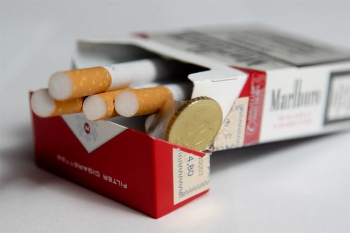 Getuige ziet hoe dief sigaretten steelt uit etalage en houdt man eigenhandig tegen