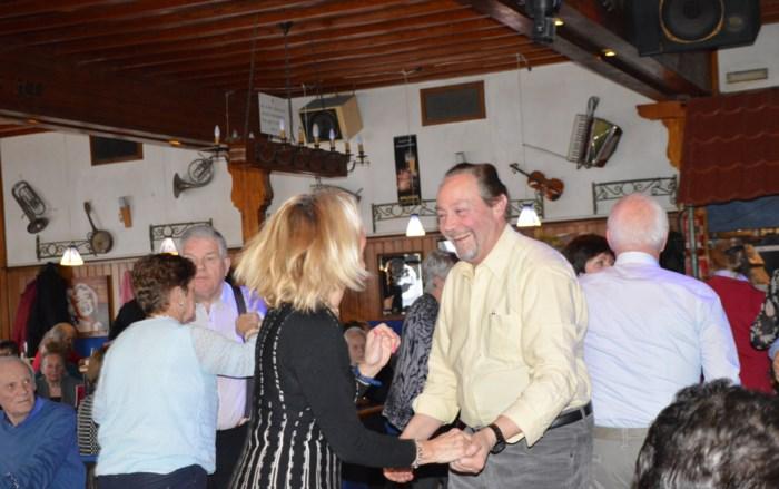 Complimenten vliegen in het rond op seniorenfuif