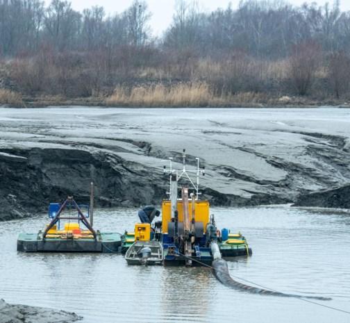 Baggerbootje moet waterafvoer herstellen in Burchtse Weel