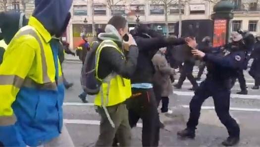 Grimmige sfeer bij nieuwe manifestaties in Parijs: demonstrant verliest hand, gemaskerde betoger schopt agent in het gezicht