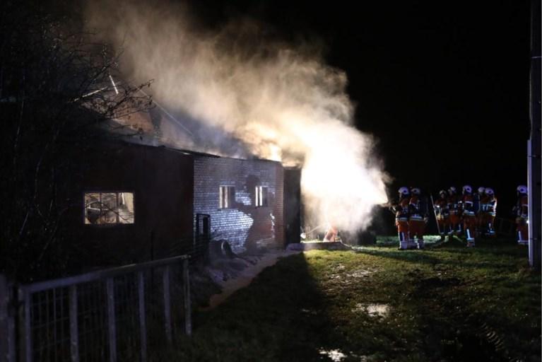 Dak van bijgebouw ingestort na brand