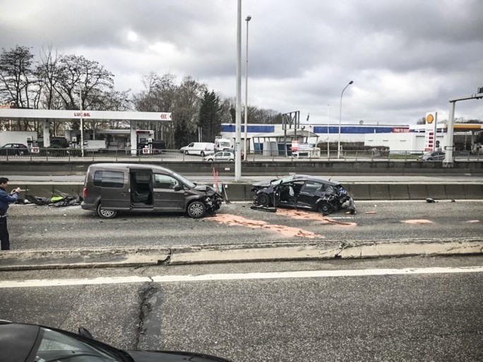Auto gaat over de kop bij ongeval op A12