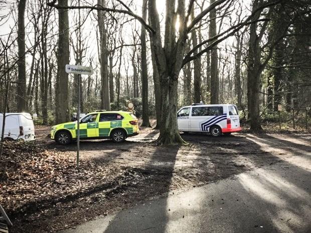 Wandelaar ontdekt lichaam in bos: geen aanwijzingen kwaad opzet