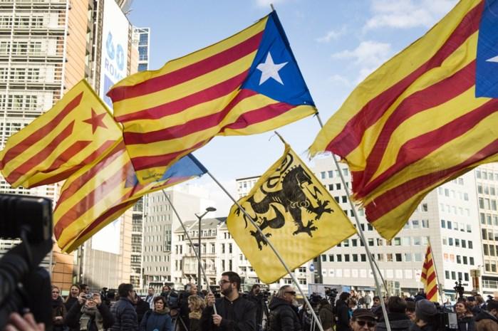 Honderdtal betogers betuigen in Brussel hun steun aan Catalaanse politici die terechtstaan