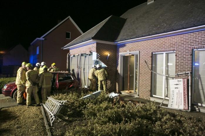 """Auto rijdt in op woning: """"We waren televisie aan het kijken en toen ging plots het licht uit"""""""