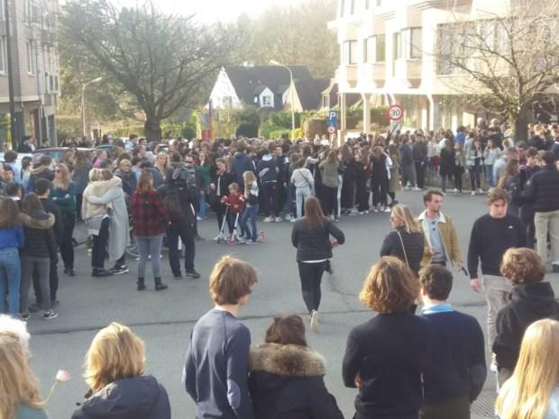"""""""Op de slechte plaats op het slechte moment"""": honderden mensen herdenken meisjes die omkwamen bij ongeval met brommobiel"""