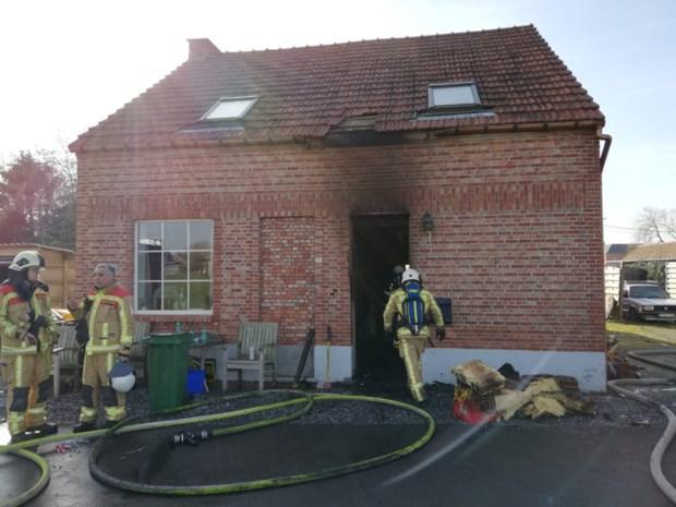 Brand breekt uit in woning: bewoner en brandweerman lichtgewond