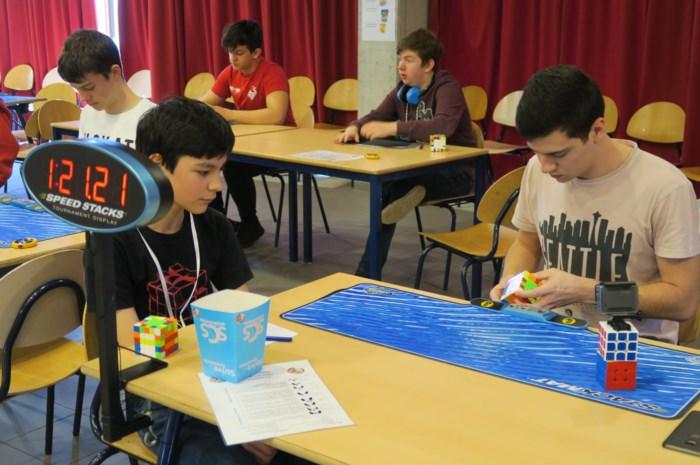 Speedcubers treffen elkaar in schoolrefter