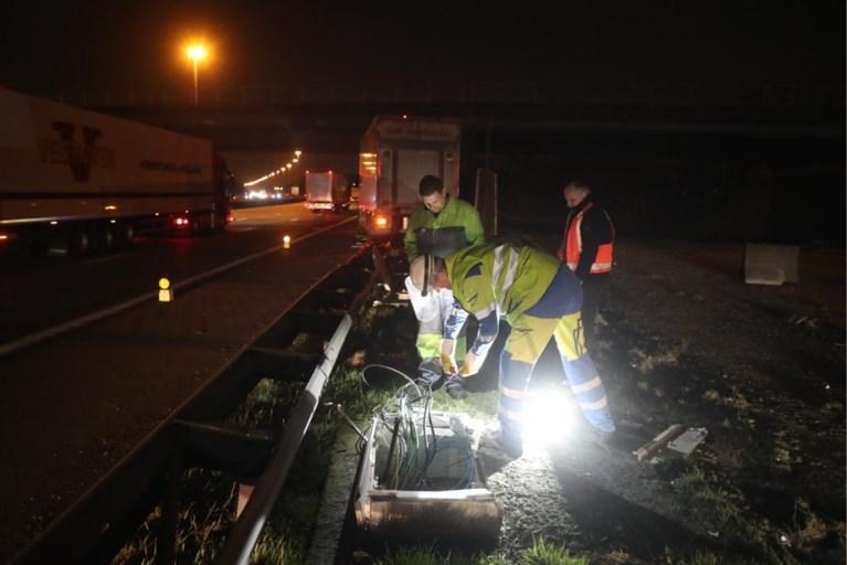Vrachtwagen belandt op de vangrail op E19: bestuurder ongedeerd
