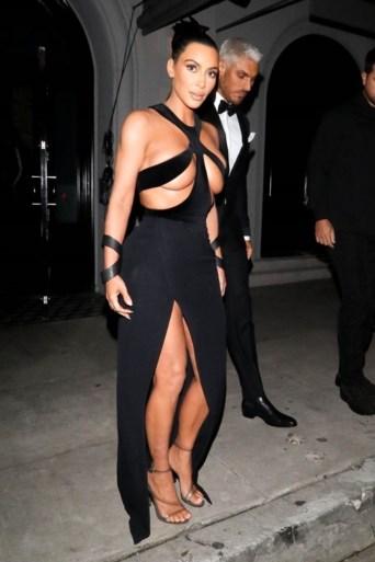 Kim Kardashian geeft zich bloot in designerjurk
