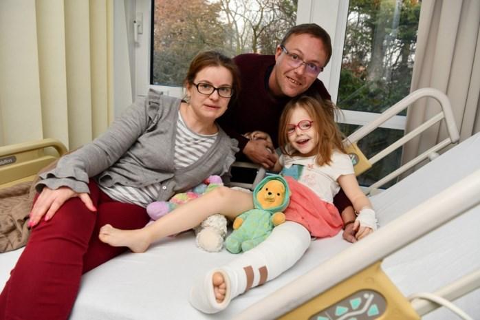 """Fietsster rijdt Hannelore (5) omver en vlucht, kleuter heeft dubbele beenbreuk: """"Ze fietste als een gek op het voetpad"""""""