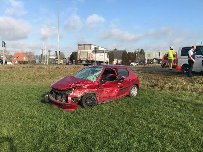Auto weggeslingerd in de wei na aanrijding met vrachtwagen