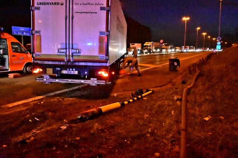 Grote verkeershinder op R6 na ongeval met vrachtwagen