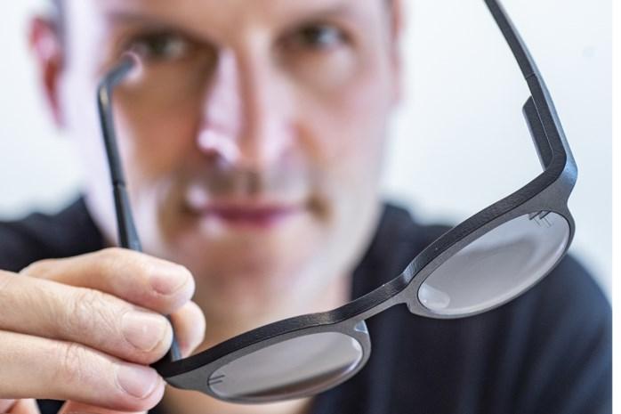 Ingebouwd knopje maakt van jouw zonnebril een leesbril