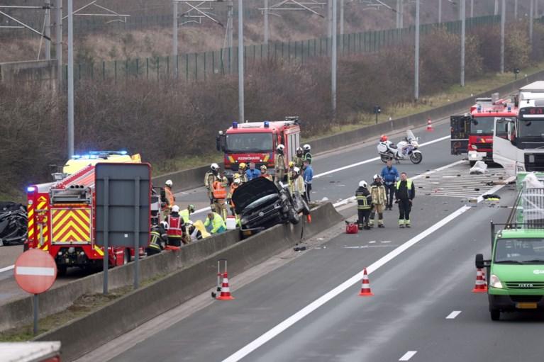 Vrachtwagen en auto botsen aan afrit E19