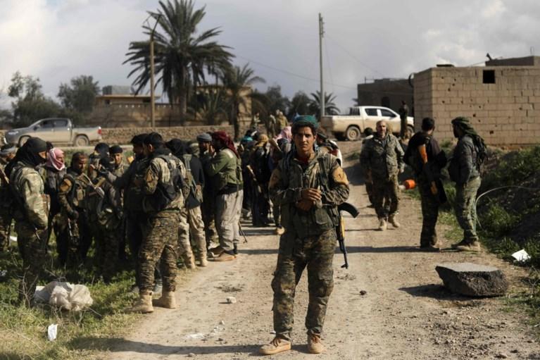 """Vrouwen van Belgische strijders geëvacueerd uit laatste IS-enclave: """"Wie vertrekt, wordt beschoten"""""""