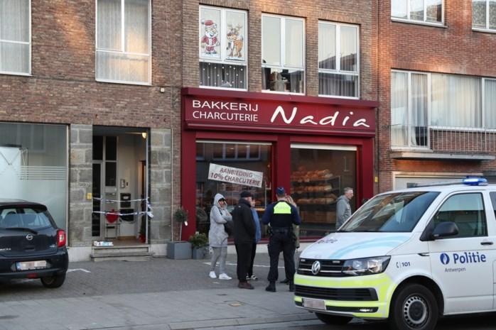 Overvaller steekt zaakvoerster van bakkerij met mes: man (25) geeft zich aan