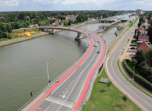 Wijnegem wil autoluwe brug in centrum aanvullen met aparte voetgangers- en fietsbrug aan sluizen