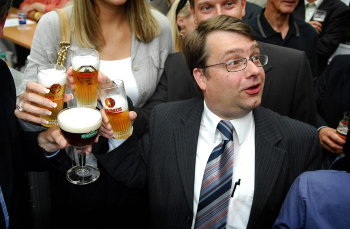 """Ja, politici drinken nog: """"Maar vandaag is Jan Penris een uitzondering"""""""