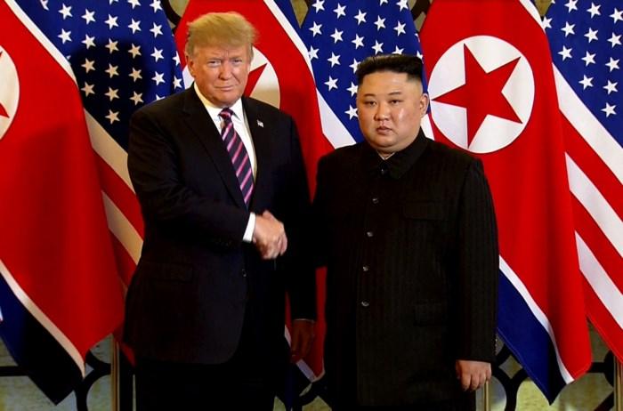 Ontmoeting tussen Donald Trump en Kim Jong-un begonnen: leiders schudden elkaars hand en dineren samen