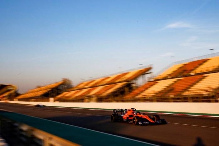 Sebastian Vettel (Ferrari) crasht tijdens F1-test Barcelona, McLaren snelste