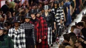 Dior brengt tijdens Parijse modeweek eerbetoon aan Karl Lagerfeld