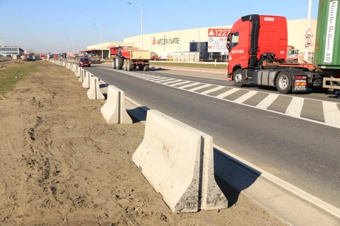 Betonblokken in berm havenwegen voorkomen dat truckers zich vastrijden