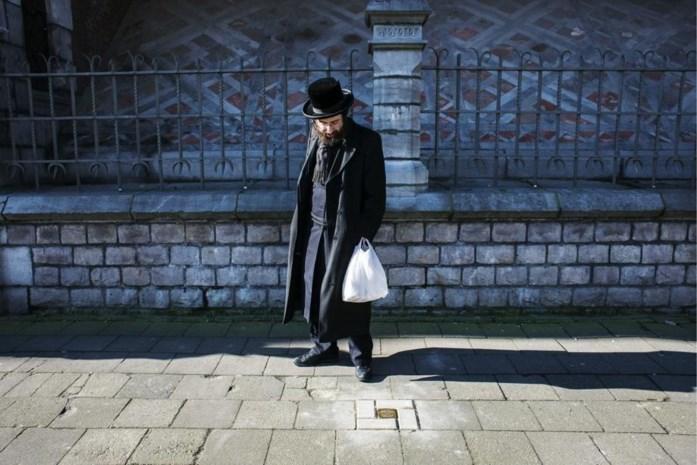 30 nieuwe struikelstenen in het voetpad herdenken slachtoffers van de nazi's