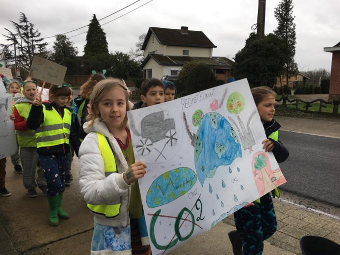 Leerlingen, leerkrachten en ouders komen op straat voor het klimaat