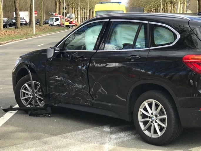 Motorrijder knalt op auto die file probeert te vermijden