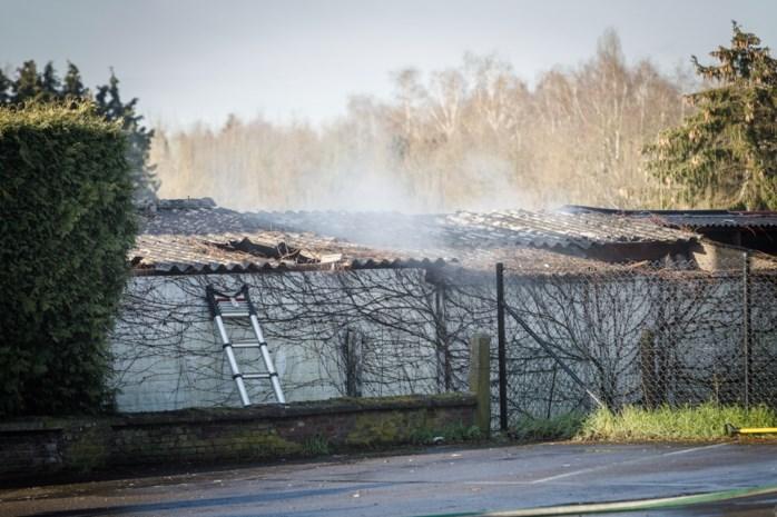 Hevige brand in oud atelier: asbest vrijgekomen