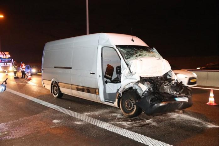 Bestelwagen rijdt achteraan in op vrachtwagen: chauffeur gewond