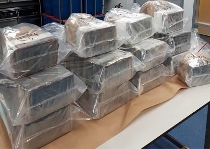 300 kilogram cocaïne en kalasjnikovs onderschept nadat verdachte Kempens-Nederlandse grens passeert