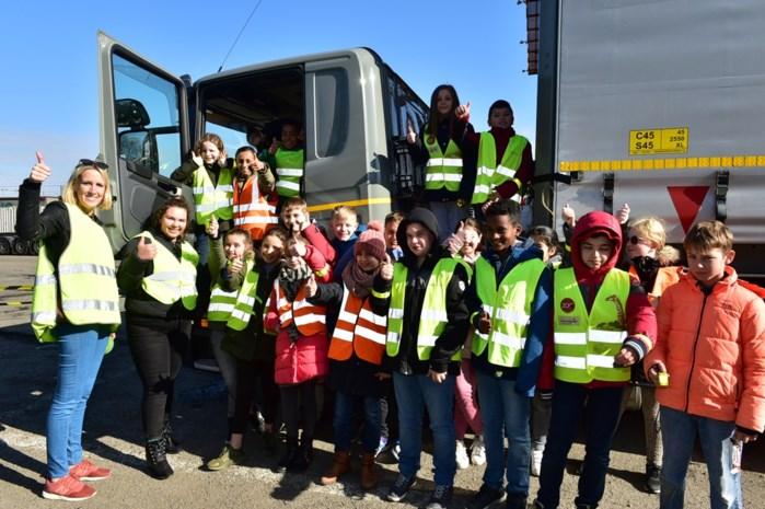 Leerlingen leren bij over dode hoek op terminal van transportbedrijf