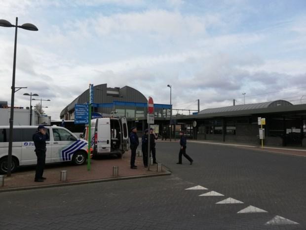 Politie houdt grote controleactie aan station van Mol