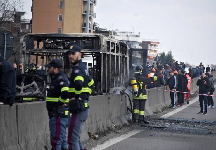Man steekt schoolbus met 50 kinderen in brand in Italië