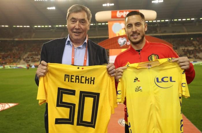 Eddy Merckx wisselt (gele) truitjes met Eden Hazard
