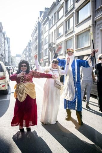 Verklede joden vieren hun voortbestaan